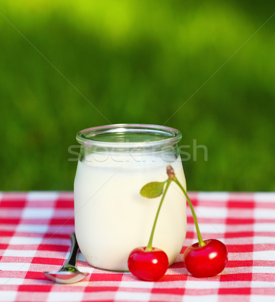 Foto stock: Cereza · yogurt · vidrio · jar · frescos · cerezas