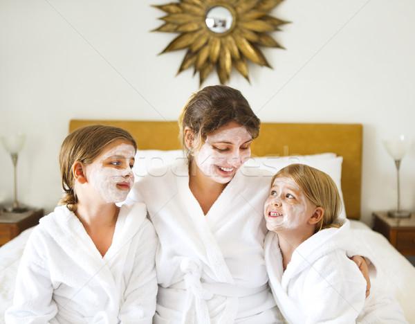 Gelukkig moeder meisjes room masker familie Stockfoto © dashapetrenko