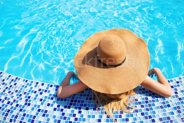 Nő kalap élvezi úszómedence csinos nő természet Stock fotó © dashapetrenko