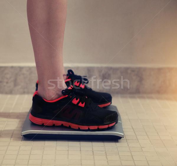 Homme pieds nus poids échelle sport gymnase Photo stock © dashapetrenko