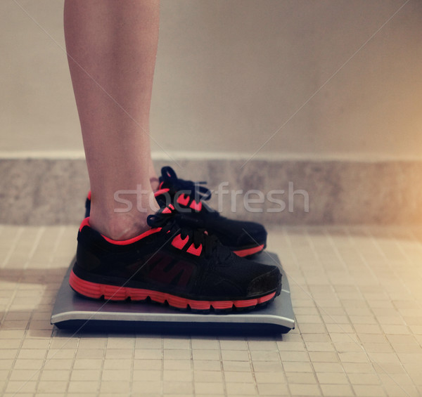 женщины веса масштаба спорт спортзал Сток-фото © dashapetrenko