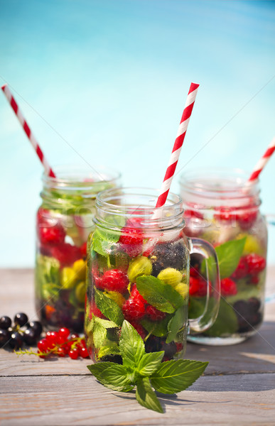 Verre naturelles Berry limonade piscine plage Photo stock © dashapetrenko