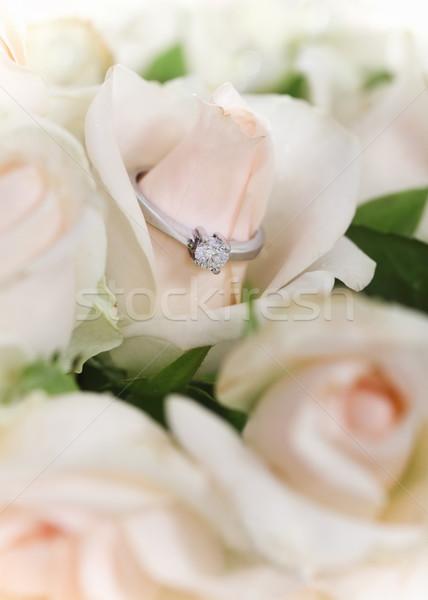 Huwelijk voorstel engagement diamanten ring boeket rozen Stockfoto © dashapetrenko