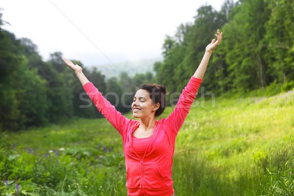 Feliz mulher jovem as mãos levantadas para cima montanha floresta Foto stock © dashapetrenko