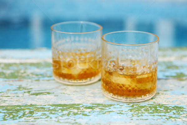 Whiskey piscine deux verres bleu plage Photo stock © dashapetrenko