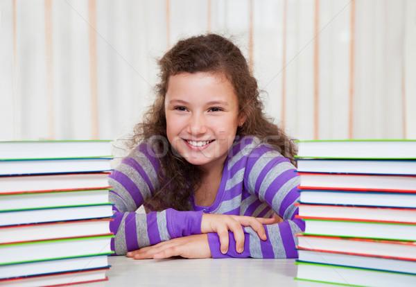 Petite fille livres peu brunette souriant fille Photo stock © dashapetrenko