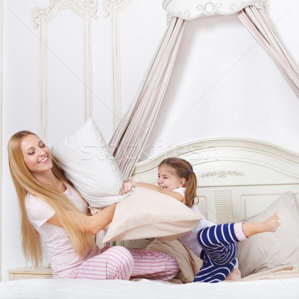 Familie kussengevecht slaapkamer vrolijk gelukkig onderwijs Stockfoto © dashapetrenko