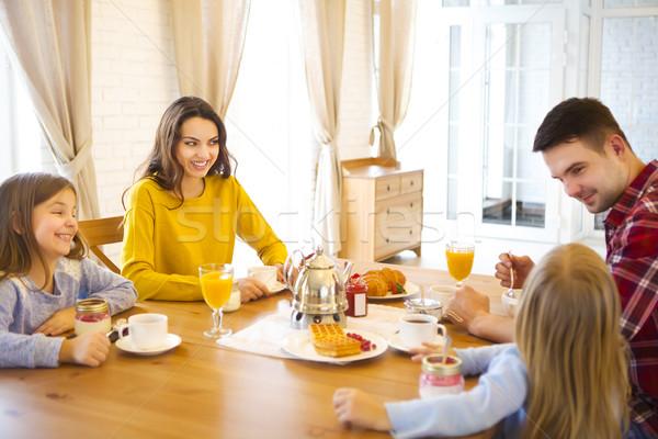 Famille heureuse déjeuner cuisine maison deux enfants Photo stock © dashapetrenko