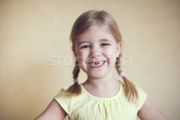 Heureux perdu dents petite fille portrait studio Photo stock © dashapetrenko