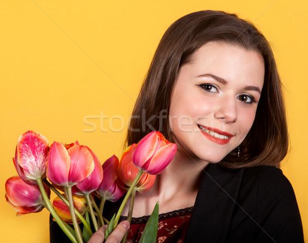 Jeunes cute Teen brunette fille tulipes Photo stock © dashapetrenko