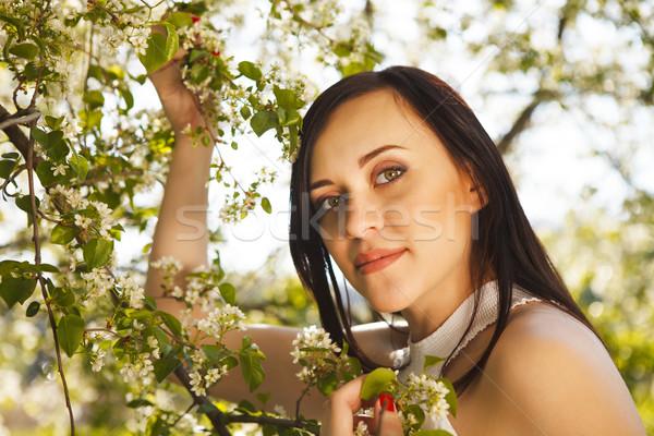 Mooie zwangere vrouw witte jurk bloei voorjaar portret Stockfoto © dashapetrenko