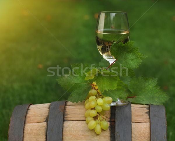 Foto stock: Um · vidro · vinho · branco · vinho · barril · uva