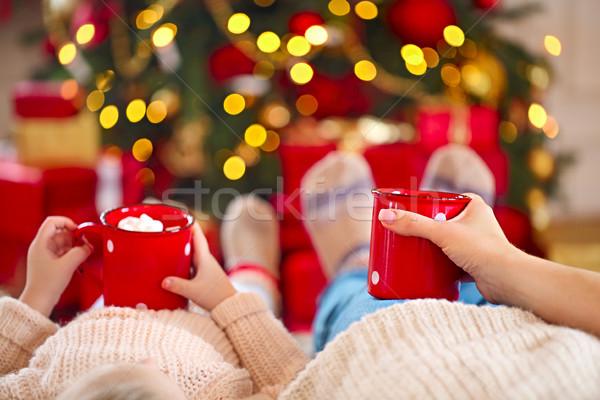 Warme chocolademelk handen gelukkig vrouw dochter kerstboom Stockfoto © dashapetrenko