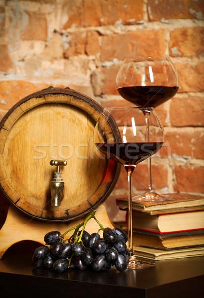 Foto stock: Retro · natureza · morta · vinho · tinto · barril · livros · vidro