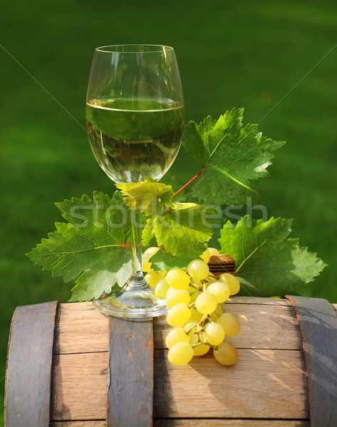 Foto stock: Um · vidro · vinho · branco · vinho · barril · folhas · verdes