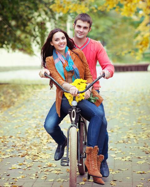 Heureux couple vélo automne parc Photo stock © dashapetrenko