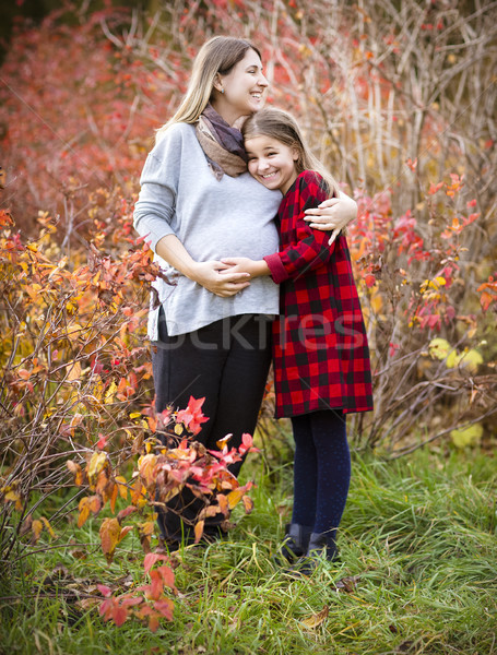 Feliz jovem grávida mãe filha outono Foto stock © dashapetrenko