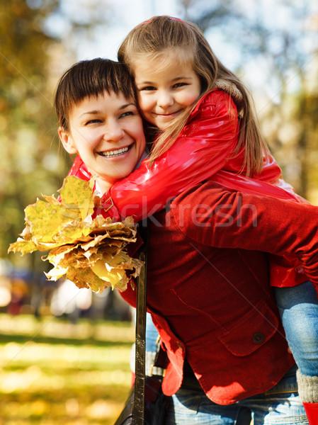 Heureux jeunes mère fille automne pique-nique Photo stock © dashapetrenko