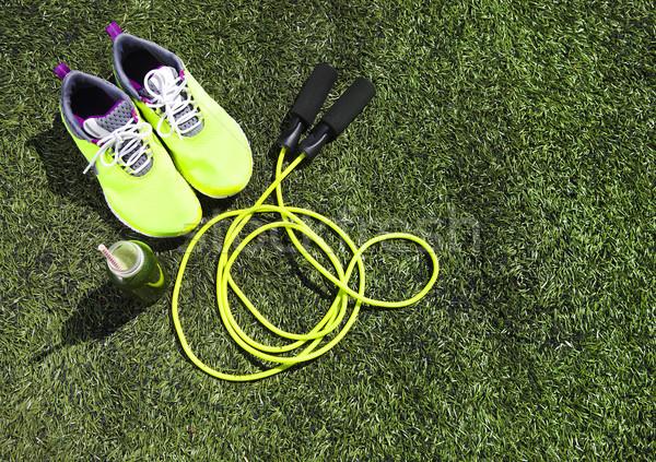 Zapatillas saltar la cuerda beber botella verde jugo Foto stock © dashapetrenko