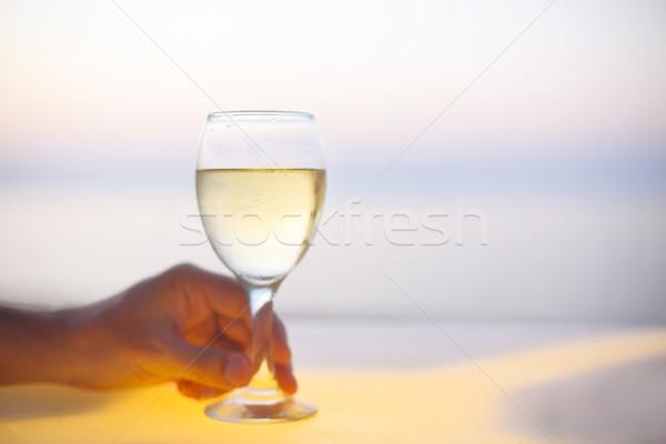 Stock fotó: Megnyugtató · férfi · üveg · fehérbor · tengerpart · bár