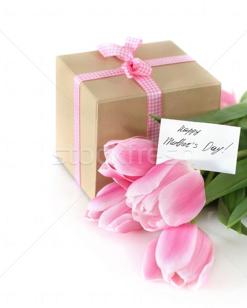 Monte tulipas apresentar carrinho caixa de presente branco Foto stock © dashapetrenko