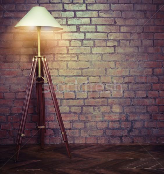 Iç çatı katı Retro lamba tuğla duvar Bina Stok fotoğraf © dashapetrenko