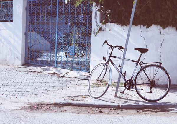 Vintage bicicleta rua Tunis Tunísia azul Foto stock © dashapetrenko