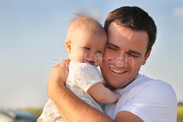 Feliz jovem pai pequeno filha ao ar livre Foto stock © dashapetrenko