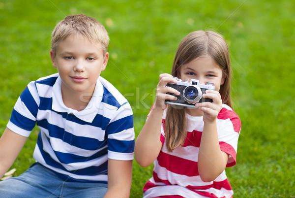 Dość mały brat siostra gry kamery Zdjęcia stock © dashapetrenko