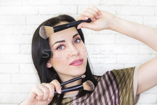 Jovem belo modelo brilhante make-up pincéis de maquiagem Foto stock © dashapetrenko
