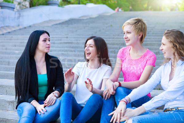 Quatro amigos jovem meninas urbano competição Foto stock © dashapetrenko