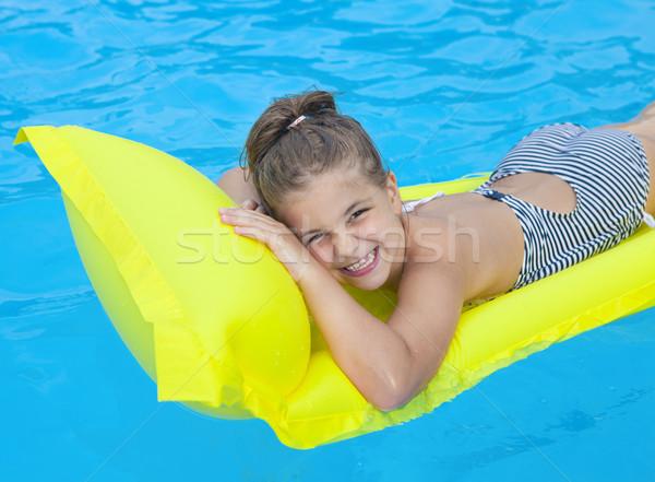 Petite fille natation gonflable plage matelas heureux Photo stock © dashapetrenko