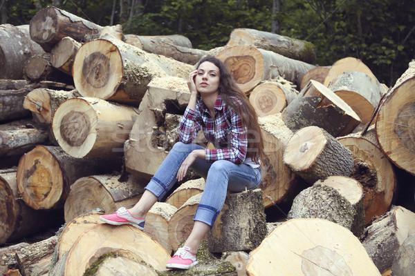 Güzel kadın yakacak odun poz doku orman Stok fotoğraf © dashapetrenko