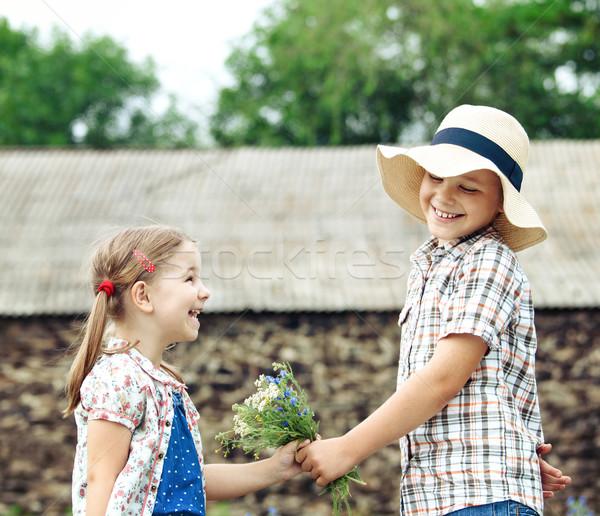 Peu garçon fleurs petite fille pays maison Photo stock © dashapetrenko