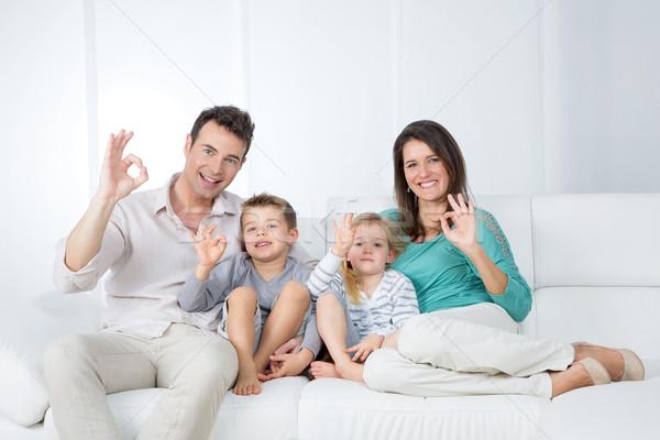 Pozytywny rodziny posiedzenia sofa mama tata Zdjęcia stock © Dave_pot