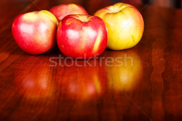 Rosso mele lucido tavolo in legno quattro macintosh Foto d'archivio © dbvirago