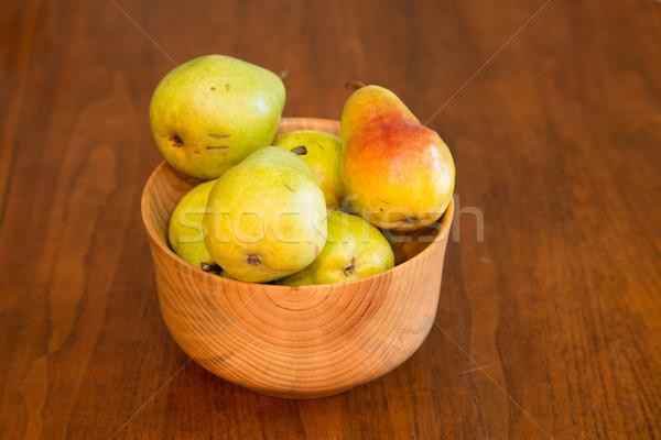 Legno ciotola fresche pere mano tavolo in legno Foto d'archivio © dbvirago