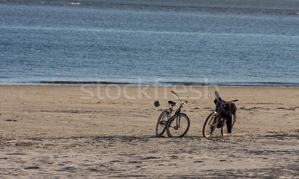 Foto d'archivio: Due · bikes · palla · spiaggia · biciclette · vuota