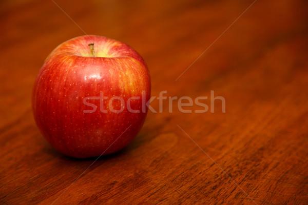 Mela rossa tavolo in legno rosso tavola stanza copia spazio Foto d'archivio © dbvirago