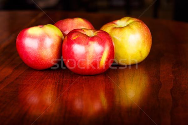 Foto d'archivio: Quattro · mele · tavolo · in · legno · rosso · macintosh · lucido