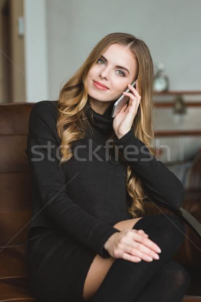 Belo conteúdo sorridente jovem feminino falante Foto stock © deandrobot