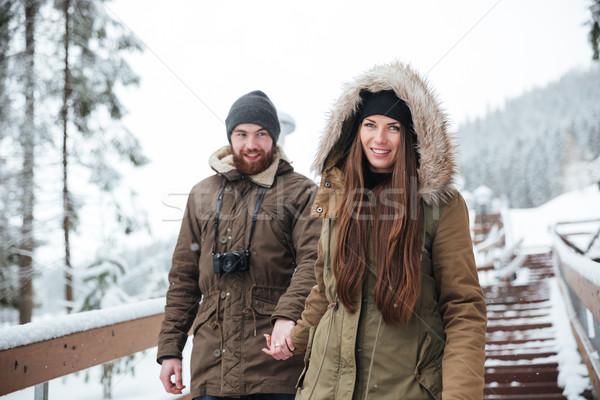 Coppia holding hands piedi giù scale inverno Foto d'archivio © deandrobot