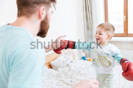 Weinig jongen spelen vader bokshandschoenen gelukkig Stockfoto © deandrobot