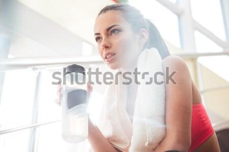 Mujer sonriente de trabajo la máquina de coser pensando sonriendo atractivo Foto stock © deandrobot