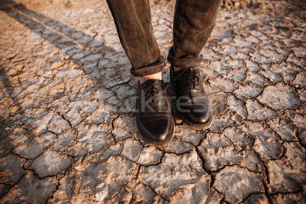 Hommes jambes permanent dessert sécher sol Photo stock © deandrobot