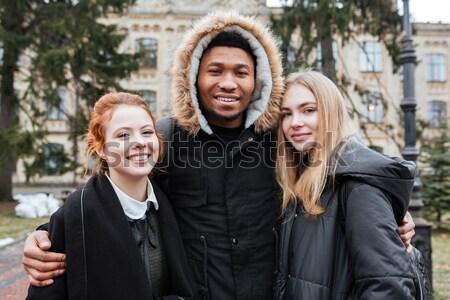 Sonriendo estudiantes pie junto aire libre Foto stock © deandrobot