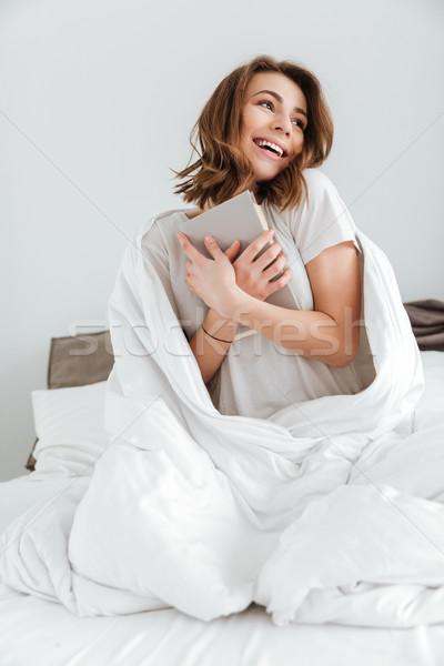 Foto stock: Mujer · bonita · sesión · cama · casa · libro