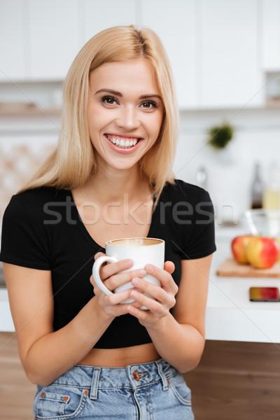 Stok fotoğraf: Dikey · görüntü · kadın · mutfak · fincan