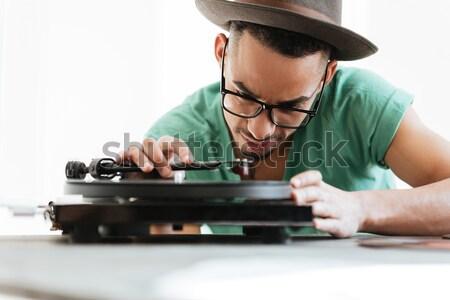 Africaine homme tshirt chapeau lunettes séance Photo stock © deandrobot