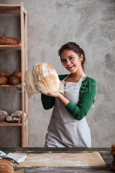 Fiatal hölgy pék áll pékség tart Stock fotó © deandrobot